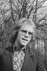 Elton John in Nederland. Photo by Bert Verheff (1971). Nationaal Archief Fotocollectie Anefo. PD-CCA-Share Alike 3.0. Wikimedia Commons.