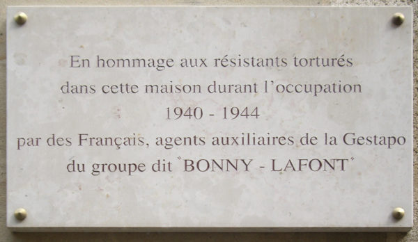 Plaque put up at 93, rue de la Lauriston, Paris. Former headquarters of the Bonny-Lafont gang. Photo by Wikimedia Commons/MU (2010). PD-CCA-Share Alike 3.0. Wikimedia Commons.