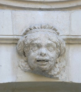 Hotel de Beauvais. Stone relief caricature of Catherine Bellier. Photo by Siren-Com (2010). PD-CCA Share Alike 3.0 Unported. Wikimedia Commons.
