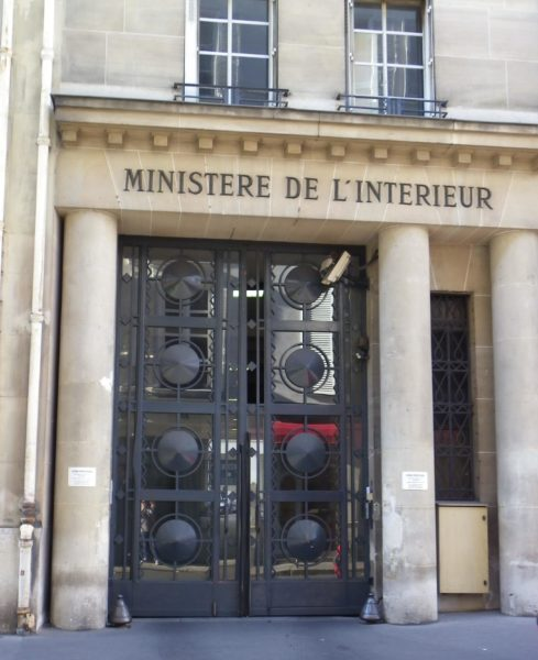 Entrance to the French Ministry of the Interior, rue des Saussaies. Photo by Thibault Taillandier (2010). PD-CCA-Share Alike 3.0 Unported. Wikimedia Commons.