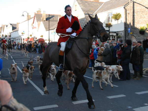 Boxing Day Hunt in Cowbridge, Wales. Photo by Michael Gwyther-Jones (2008). PD-Creative Commons Attribution – Share Alike 2.0. Wikimedia Commons.