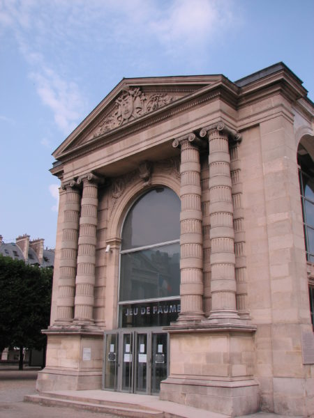 Façade d'entrée du Galerie nationale du Jeu de Paume (Front of the Jeu de Paume). Notice the plaque on the south wall – lower right hand corner of image. Photo by TCY (2007). PD-GNU Free Documentation License. Wikimedia Commons.