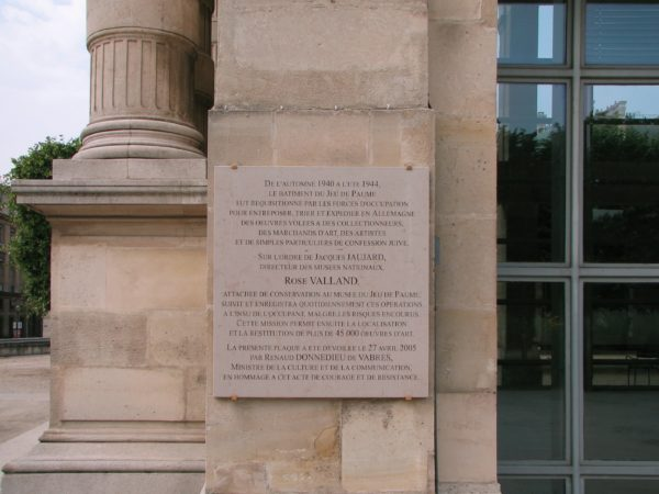 Plaque commemorative de l'action de Rose Valland sur le mur de la Galerie nationale du Jeu de Paume à Paris. Plaque commemorating Rose Valland. Photo by TCY (2007). PD-GNU Free Documentation License. Wikimedia Commons.