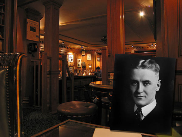 Bar Hemingway, Hotel Ritz Paris. Photo of F. Scott Fitzgerald in foreground. Photo by Pablo Sanchez (July 2005). PD- Creative Commons Attribution 2.0. Wikimedia Commons.