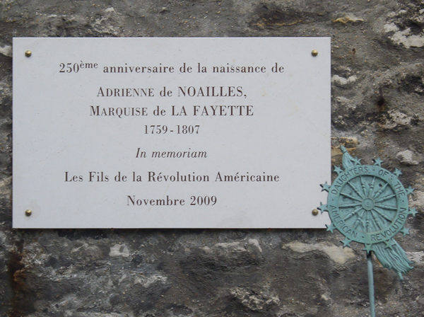 A memorial plaque at the Picpus Cemetery commemorating the 250th birth anniversary of Adrienne de Noailles, marquise de La Fayette. Photo by Own work (2010). PD-CCA – Share Alike 3.0 Unported. Wikimedia Commons.