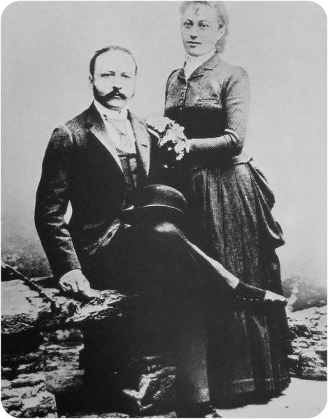 Portrait of César and Marie-Louise Ritz. Photo by anonymous (c. 1888). Schweizerische Verkehrszentrale. PD-70+. Wikimedia Commons.