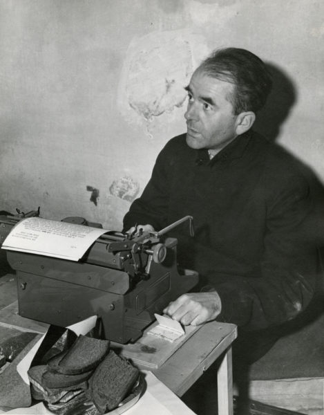 Albert Speer in his Nuremberg cell during the Nuremberg trial. Photo by US Army (24 November 1945). PD-US Government. Wikimedia Commons.