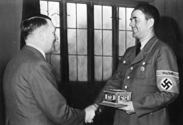 Adolf Hitler gives Albert Speer the Fritz-Todt-Ring. Photo by Heinrich Hoffmann (May 1943). Bundesarchiv, Bild 146-1979-026-22/Hoffmann, Heinrich/CC-BY-SA 3.0. PD-Creative Commons Attribution-Share Alike 3.0 Germany. Wikimedia Commons.