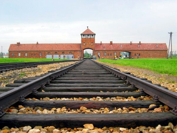 Auschwitz II-Birkenau: Entrance gate and main track. Photo by C. Puisney (2014). PD-GNU Free Documentation License. Wikimedia Commons.