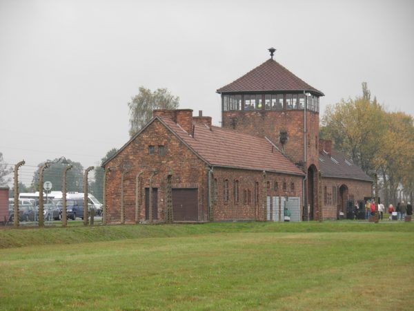 Gatehouse at Auschwitz II-Birkenau. Photo by JarrahTree (2009). PD-Creative Commons Attribution-Share Alike 2.5 Australia. Wikimedia Commons.