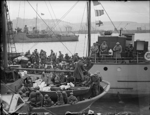 The British Army in the UK – Evacuation from Dunkirk. French and British troops on board ships berthing at Dover. Photo by War Office official photographer (31 May 1940). Imperial War Museums. PD-United Kingdom Government. Wikimedia Commons.